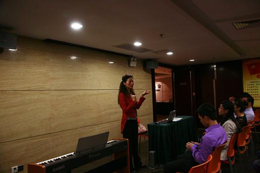 2013年4月17日晚,在广州市律师协会多功能厅汇集了来自广州市律师行业70余名声乐爱好者,从而揭开了广州市律师行业声乐培训班的序幕。   广州市律师协会声乐培训班由广州市律师协会文体工作委员会主办,共十期(4-6月),由广东省音乐家协会考级办主任、广东省合唱协会副秘书长柴金华担任主讲。讲课内容包含基本歌唱发声技巧、视唱练耳、基本乐理、歌唱表演等   广州市律师协会文体工作委员会委员华青春律师在开课前简单介绍了开展本次活动的目的,希望能通过声乐培训班进一步加强我市律师行业文化建设、升广大同行的声乐演